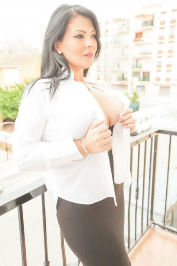 Book online escort girl Laura in Manama